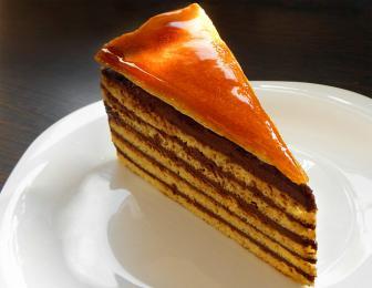 Šestivrstvý piškotový dort Dobos sčokoládovým krémem akaramelem
