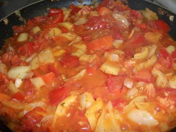 Lecsó je rajčatovo-paprikovo-cibulový pokrm smasem