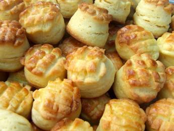 Buď slané nebo sladké pečivo pogácsa zkvasnicového těsta