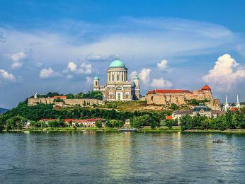 Ostřihom leží při Dunaji, na hraniciMaďarska se Slovenskem