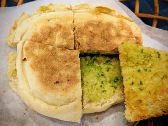 Bolo de caco jsou tradiční madeirské chlebové placky