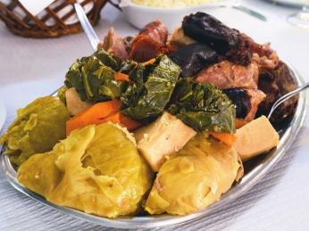 Cozido jsou klobásky, maso a zelenina dušené v jednom hrnci