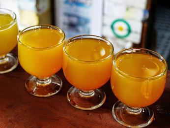 Ovocný alkoholický nápoj poncha voní pocitrusech