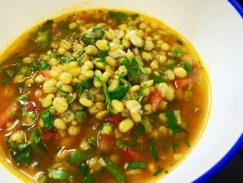 Hustá polévka sopa do trigo je plná pšeničných zrn a zeleniny