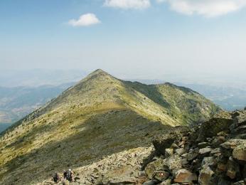 Po hřebeni pohoří Baba se vine kamenitá stezka