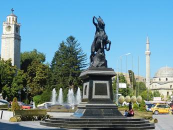 Náměstí vcentru města Bitola smešitou, hodinovou věží a sochou Filipa II.