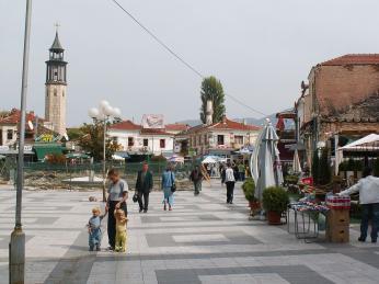 Náměstí v Prilepu poničené po nepokojích vroce 2002