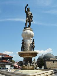 Socha Filipa II. na náměstí Makedonija ve Skopje