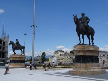 Sochy Dame Grujeva a Goce Delčeva chrání vstup na starý most ve Skopje