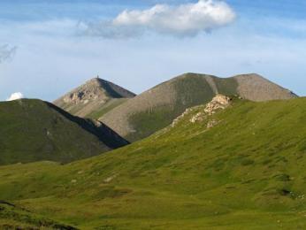 Titov vrch tvoří nejvyšší vrchol hřebenu Šar planiny