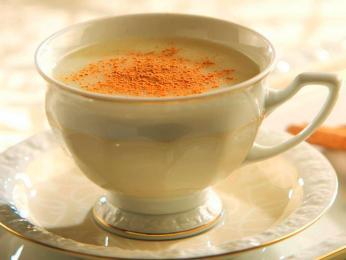 Horký nápoj salep zmléka sypaný skořicí