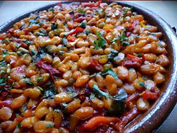 Fazolové národní jídlo tavče gravče pečené v hliněné míse