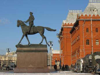 Socha maršála Georgije Žukova před budovou historického muzea