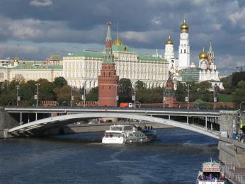 Řeka Moskva avpozadí Velký kremelský palác aZvonice Ivana Velikého