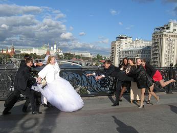 Novomanželé se tradičně fotí uvýznamných míst Moskvy