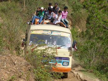 I když je nepálský autobus plný, vždy se najde nějaké řešení