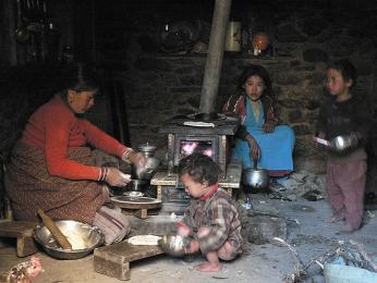 Příprava rodinné večeře probíhá na ohni