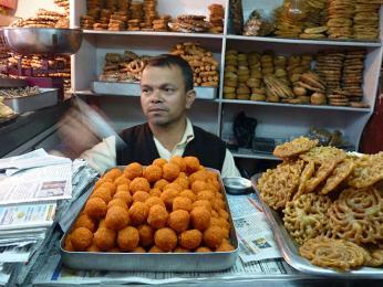 Nepálská cukrárna - sirupová smažená mřížka jalebi apřeslazené kuličky