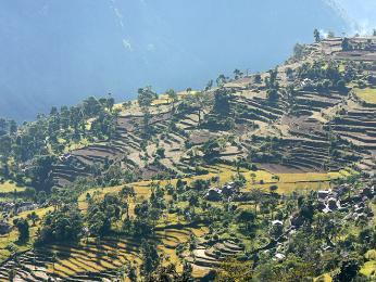 Začátek treku kolem Dhaulagiri vede přes vesničky aterasová políčka