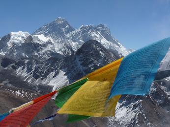 Prostřední špička je Everest a vpravo od něj osmitisícovka Lhotse