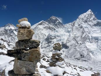 Uprostřed Everest avpravo sedmitisícovka Nuptse