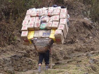 Vhorách jedině po svých, nosič nese zásoby jídla do restaurace třeba týden