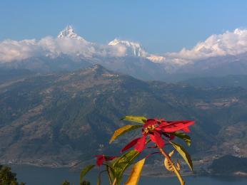 Výhled na jezero Phewa a svatou horu Machapuchare zvyhlídky nad Pokharou