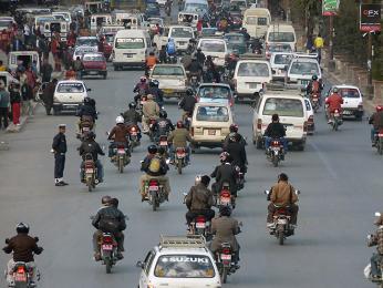 Rušné káthmándské ulice plné motorek