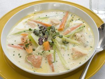 Krémová rybí polévka fiskesuppe se vaří zmléka arůzných druhů ryb