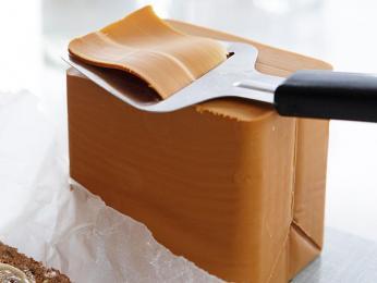 Nasládlý karamelově hnědý sýr Geitost