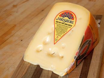 Sýr Jarlsberg má jméno dle regionu, ve kterém se v19.století začal vyrábět