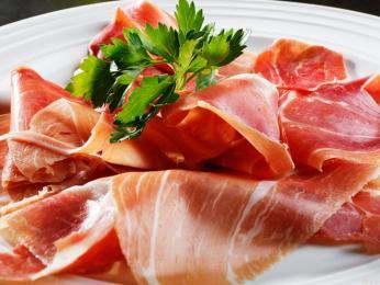 Populární jsou také různé druhy uzeného asušeného masa