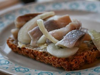 Nakládaný sleď se podává jako předkrm na žitném chlebu