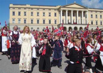 Oslavy státního svátku překypují vlajkami, kroji a dětmi