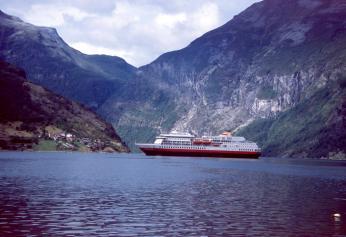 Lodě Hurtigruten v létě zajíždějí i do Geirangerfjordu