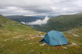 V norských horách si stačí jednoduše najít vhodný plácek pro stan