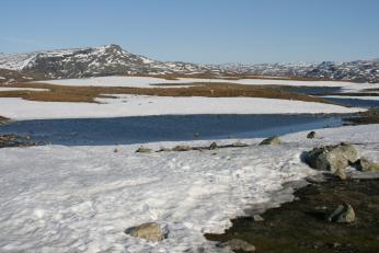 V norských horách leží sníh ještě včervnu