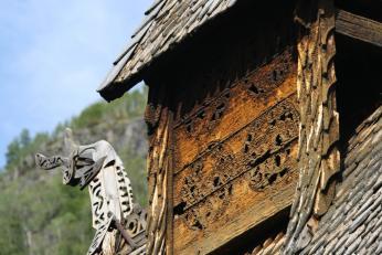 Dřevořezby s vikinskými motivy na kostelíku v Borgundu