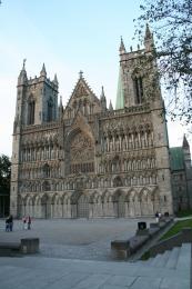Průčelí Nidaroské katedrály vTrondheimu