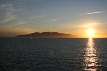 V létě se na severu slunce kolem půlnoci horizontu jen přiblíží, nebo se za něj jen na chvíli schová