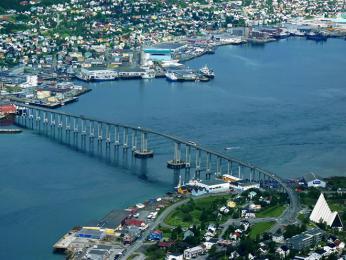 Most spojující město Tromsø spevninou