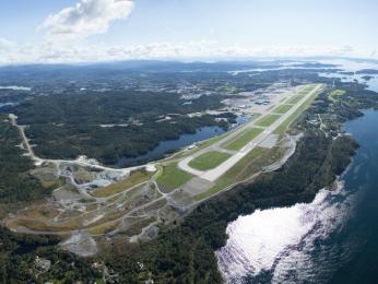 Pohled na přistávací dráhu na letišti vBergenu