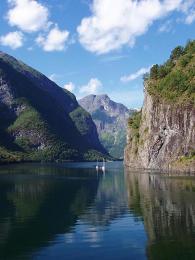 Rameno Sognefjordu - Nærøyfjord - je nejužším fjordem v Evropě