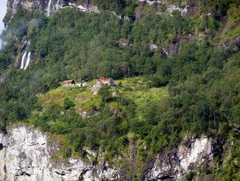 Staré statky vysoko ve stěnách fjordů dostupné jen lanovkou či žebříkem
