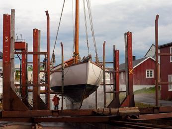 Pravidelná údržba lodi na norském venkově