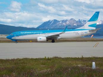 Letadlo společnosti Aerolíneas Argentinas na ranveji vUshuaia