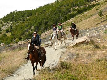 Turisté na vyjížďce na koních