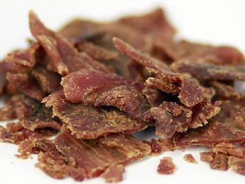 Při dobrém uskladnění může vydržet sušené maso iněkolik měsíců