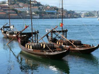 Tradiční lodě barcos rabelos, které se dříve používali kpřepravě sudů svínem