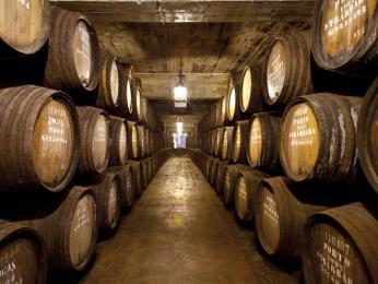 Víno se skladuje vpřístavu Vila Nova de Gaia vdubových sudech